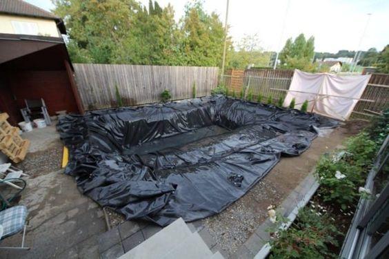 familia-transforma-su-patio-trasero-construyendo-una-piscina-totalmente-natural