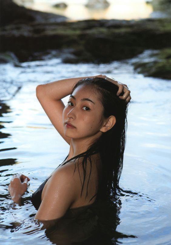 背中が大きく開いた黒い水着を着て水の中にいる植村あかりの画像