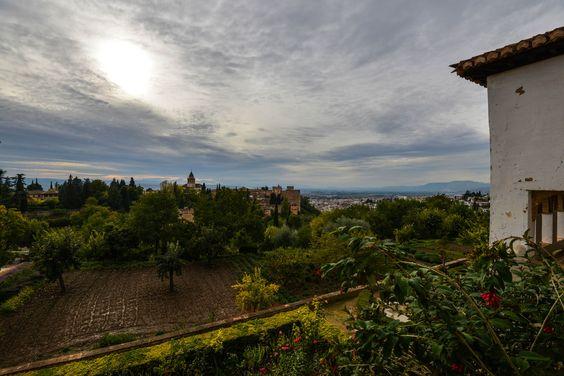 Parte de la Alhambra y el Albayzín, vistos desde los Jardines del Generalife. (vía flickr)