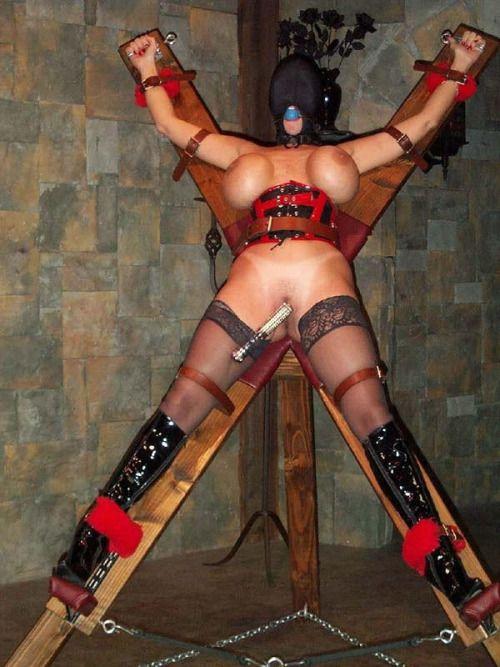 Nackte Frauen zum Kreuzen gebunden
