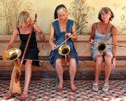 Drei Schwestern mit Nonnentrompeten: Burgi, Bärbi und Moni Well entlocken ihren Instrumenten manchmal auch klösterliche Klänge. (Bild: pd)