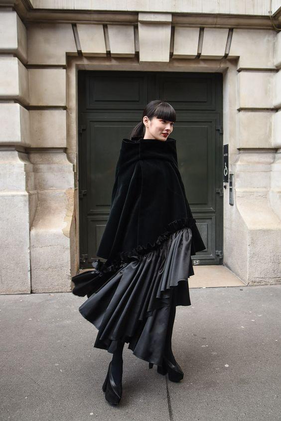 黒い衣装の秋元梢