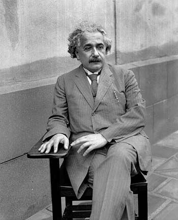 スーツを着て座っているアルベルト・アインシュタインの壁紙・画像