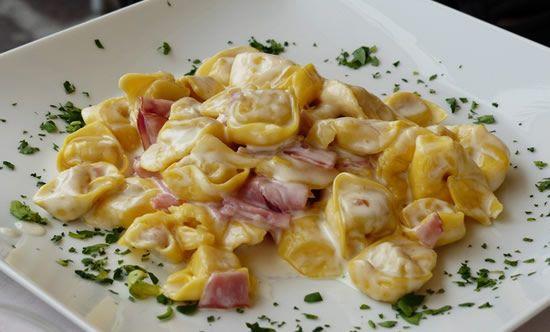 Receta casera y fácil de Tortellini con salsa cremosa de queso y jamón york