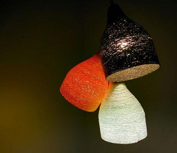 luminaria de garrafa pet artesanato - Vamos fazer uma criativa luminária com pequenas cúpulas, usando garrafa Pet como molde?  Confira que diferente essa luminária feita com cordas, se inspire com o artesanato criativo para fazer em casa.