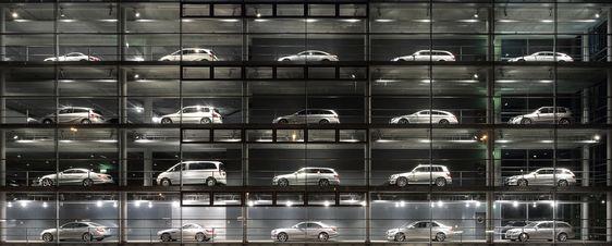 https://upload.wikimedia.org/wikipedia/commons/a/a5/Mercedes-Benz_Showroom.JPG