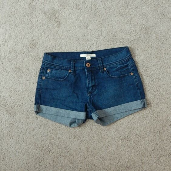 FOREVER 21 denim shorts Washed but never worn pair of denim jean shorts from Forever 21. Approx 9.5 in long, waist measured flat across is approx 14.5 in. These have some nice stretch to them. Forever 21 Shorts Jean Shorts