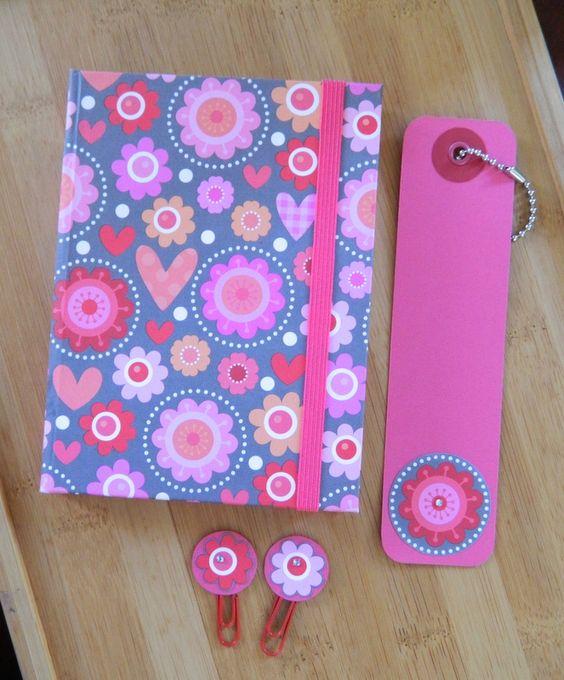 Caderno A6, pautado. Capa, marcador de livro e clips feitos com papel de scrapbook. Coleção: Flores no caminho. #tissupapieratelier