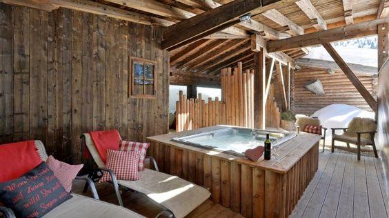 """Almnest in Hochfügen, Tirol: In 1.500 Metern Höhe scheint die Sonne auch dann, wenn im Tal tiefe Wolken hängen. """"Das Almnest"""" liegt mitten im Ski- und Wandergebiet. Und ist perfekt für beschauliche Zweisamkeit auf 55 Quadratmetern: Das großzügige Wohn-Schlafzimmer ist gemütlich eingerichtet, mit Sitzecke, TV und Minibar. Eine eigene Zirbensauna gehört zum Komfort."""