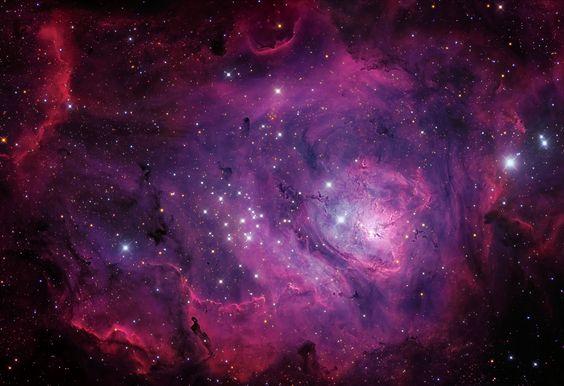 La región de formación estelar, también conocida como M8, está a unos 5.000 años luz de distancia; sin embargo es una popular parada en los recorridos telescópicos por la constelación de Sagitario, hacia el centro de la Vía Láctea. Esta impresionante vista de la Laguna tiene unos 100 años luz de diámetro y está dominada por la emisión roja de los átomos de hidrógeno ionizados que se recombinan con los electrones.
