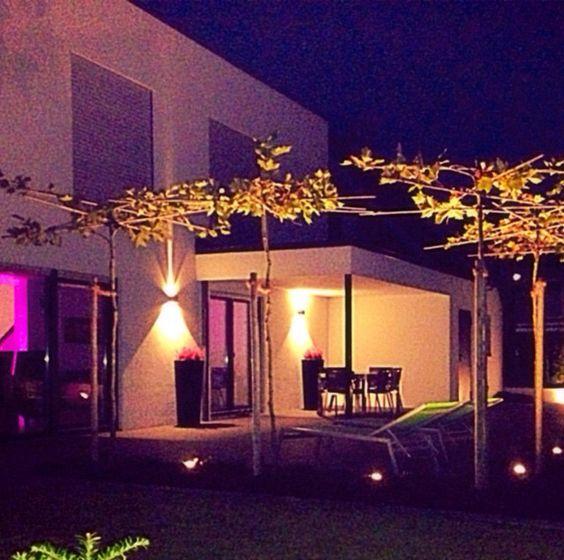Indirekte Outdoor-Beleuchtung passt perfekt zu einem Haus und einer Terrasse im Bauhausstil.