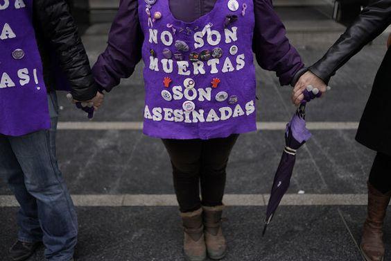 Una de las pancartas vistas en la cadena humana feminista de este 8 de febrero en Madrid. OLMO CALVO