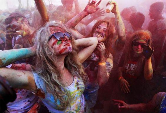 Chica en un festival de colores