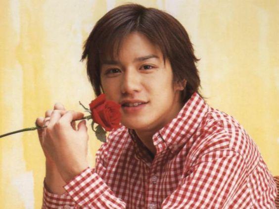 赤いバラを持つ滝沢秀明