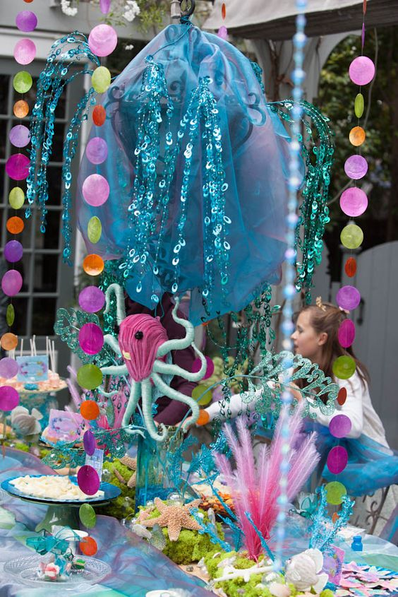 Yowza! That's a mermaid party tablescape: