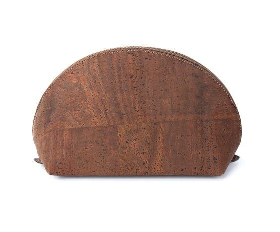 Große halbrunde Kosmetiktasche aus dunklem Kork mit Reißverschluss - ein exzellentes Accessoire für Ihre Reise! Auf der Rückseite befindet sich ein kleines Fach mit Reißverschluss.