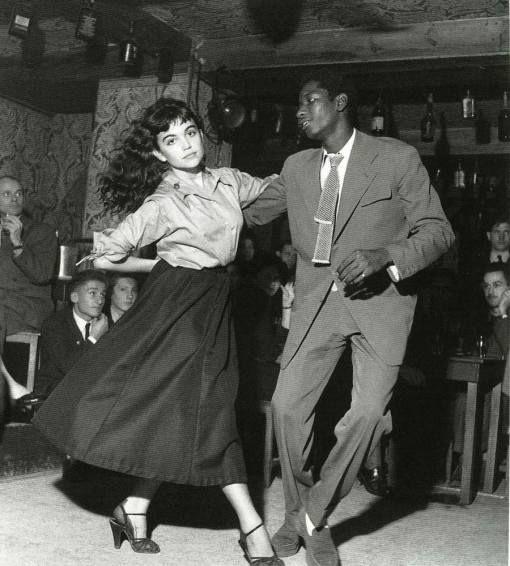 """ROBERT DOISNEAU. """"Be-Bop en cave, Saint-Germain-des-Prés, Paris"""". 1951"""