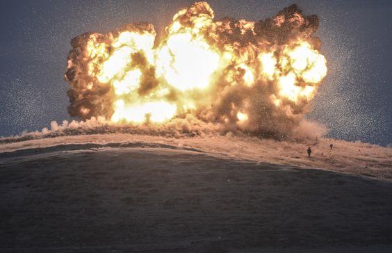 O fotógrafo Bulent Kilic foi o ganhador do terceiro prêmio na categoria 'Spot News'. A imagem mostra o bombardeio de uma posição do Estado Islâmico em Tilsehir, perto da fronteira da Turquia, em 23 de outubro de 2014.  BULENT KILIC (AFP)Ganhadores do 'World Press Photo 2015' | Cultura | EL PAÍS Brasil