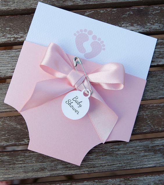 Estas impresionantes invitaciones del panal/del pañal de bebé hechos a mano son perfectas para cualquier baby shower, tan único y personalizado a su elección, esto es todo lo que necesita de otros para recordar cuándo será su babyshower y donde va a ser.  Cada invitación del panal/del pañal de bebé hecha a mano es mano cortar forma y está rematada con un arco y un perno de seguridad. Se hace con tarjeta de alta calidad que se escoge en un color de su elección, rosa perla, azul perla y…
