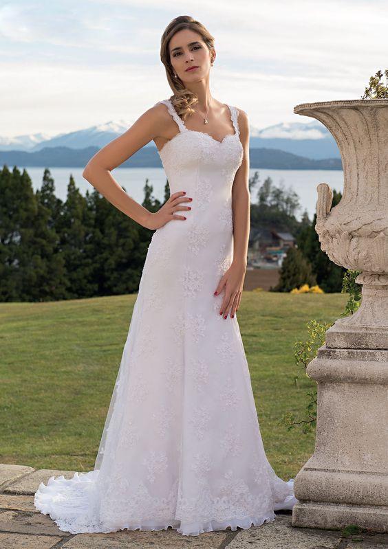 Vestido de Novia / Wedding dress confeccionado en tul bordado con perlas, escote corazón, breteles y final de guarda con volado de organza plisada