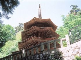 At Anrakuji Temple in Ueda City stands the only octagonal three-story pagoda in Japan