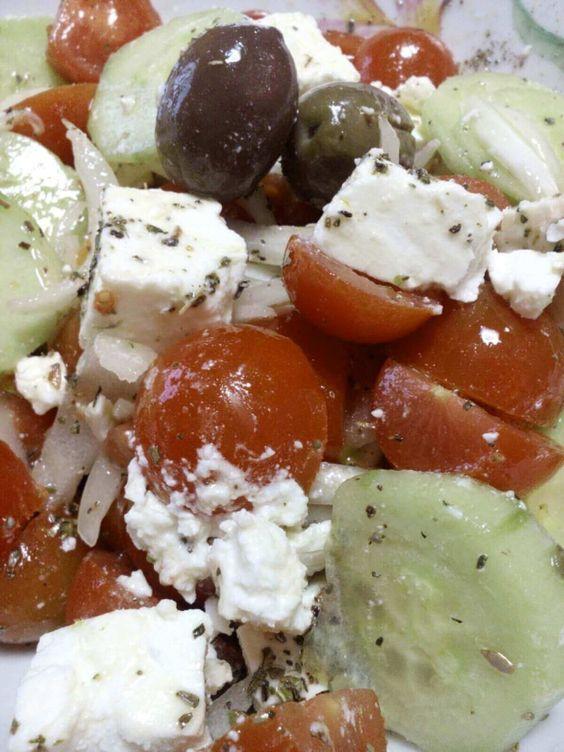 L'originale ricetta per preparare una vera insalata greca. Direttamente dalla mia tradizione familiare, non può mancare anche in casa vostra.