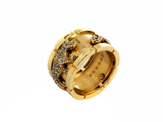 """Ringweite: 60. Breite: ca. 1,3 cm. Gewicht: ca. 15,3 g. GG 750. Signiert """"Cartier"""" und nummeriert """"695366"""". Edler, breiter Ring mit zwei..."""