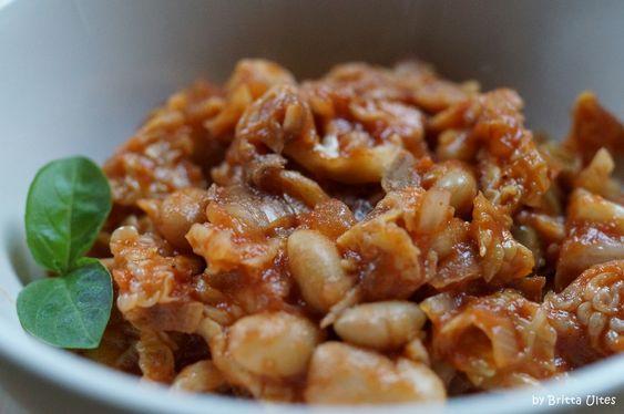 Wirsing, weiße Bohnen und Datteln in Tomatensauce