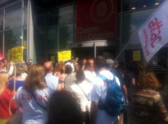 Vendredi 22 août 2014, une centaine de personnes se sont rassemblées devant le bâtiment de la CDC, 2 avenue Pierre Mendes France, en arborant des drapeaux et T-shirts d'ATTAC et du DAL.   Ils dénonçaient le détournement de l'épargne populaire du livret A, par les banques et demandaient la restitution de cet argent à la Caisse des Dépôts et Consignations, pour le financement du logement social, avec le slogan « l'épargne populaire doit servir l'intérêt général et pas les profits ».