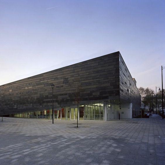 Pour la ville d'Antony, l'agence d'architecture Archi5 a réalisé ce complexe multisport composé d'une salle polyvalente, d'une salle de danse, d'un dojo, d'un terrain de football à 7 et d'un parking souterrain.