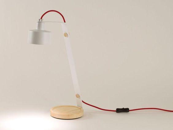 Das rote Kabel verleiht dieser modernen Designertischlampe das gewisse Etwas.