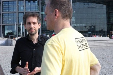 Die S-Bahn ist gesperrt und ich probiere für eine Reportage aus, wie Opels PR-Aktion tatsächlich helfen kann...