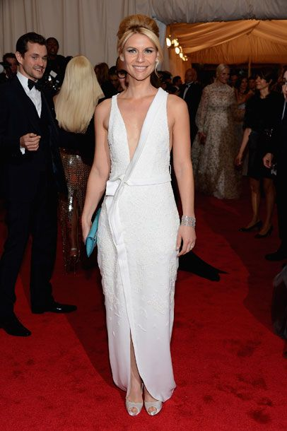 Claire Danes at Met Gala. Shades of early Betty Draper. (Hugh Dancy cameo in the back!)