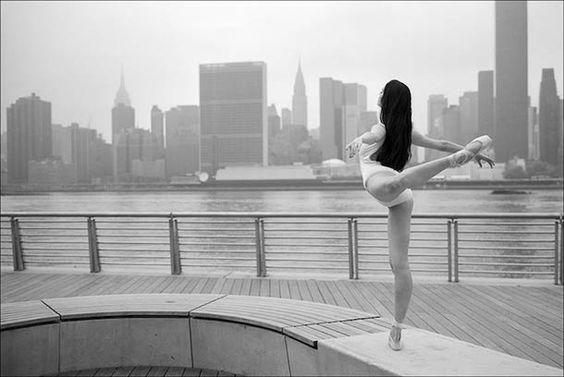 """""""Ballerina Project"""" est une magnifique série de photographie deDane Shitagi, qui réalise des portraits de danseuses et ballerines en milieu urbain. Un proje"""