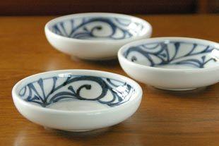 砥部焼・梅山窯 からくさの小皿(3,5寸)を横から見て