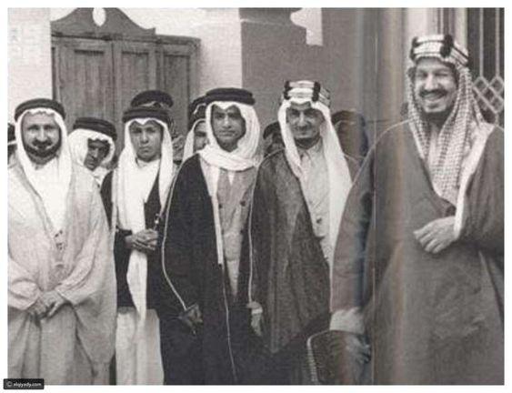 كذلك نشرت الوكالة السعودية للأنباء واس صورة نادرة للملك عبد العزيز عبد الرحمن آل سعود رفقة بعض الم القيادي King Faisal Royal Family Royal
