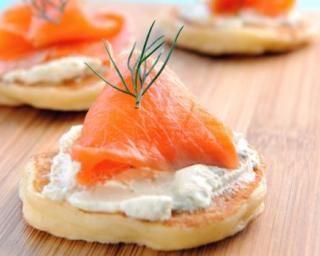 Blinis aux chutes de saumon fumé et ricotta : http://www.fourchette-et-bikini.fr/recettes/recettes-minceur/blinis-aux-chutes-de-saumon-fume-et-ricotta.html