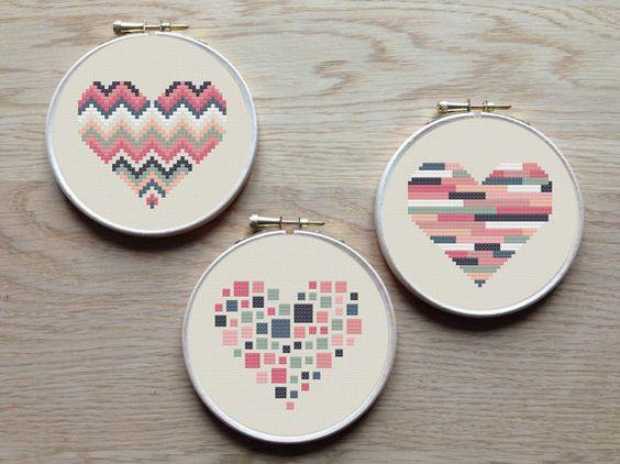 Un jeu de 3 modèles de cœur géométrique. Essayez les combinaisons différentes de couleurs et tissus pour créer un nouveau look, chaque fois ! Le