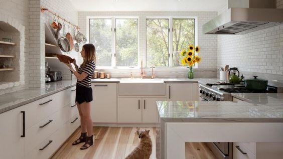 Deze keuken werd omgetoverd tot een tijdloze en lichte ruimte