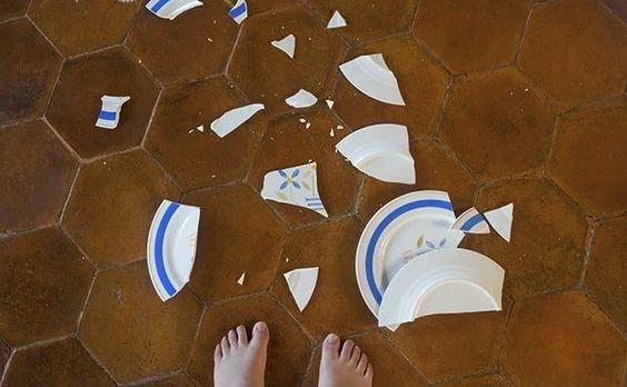 broken_plate_next_to_childs_bare_feet_BLD040999