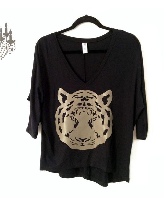 Camisa modelo arredondeada con tela visco negra y aplique tigre dorado