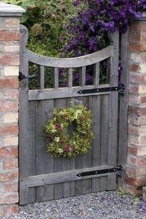 Geniales Gartentor mit romantischem Blütenkranz: