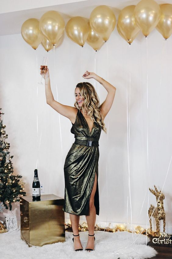 5 Festive Holiday Party Outfit Ideas | Every Once in a Style | Winter Clothes//Winter Outfit//Winter 2018//Christmas Outfit//Holiday Party Outfit//New Years Eve Outfit//Metallic Gold Cocktail Dress//Black Heels