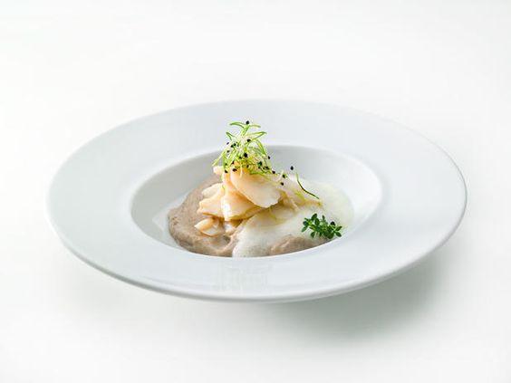 Bacalhau lascado, puré de batata e cogumelos com rebentos de cebola