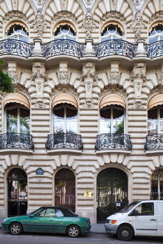Un immeuble avec refends et bossages, moins florentin que Français. Cette exceptionnelle et atypique façade est située au 29 avenue MacMahon (17e arrondissement). L'immeuble a été construit en deux temps: une première étape en 1902, puis une surélévation de trois étages supplémentaires un an plus tard.