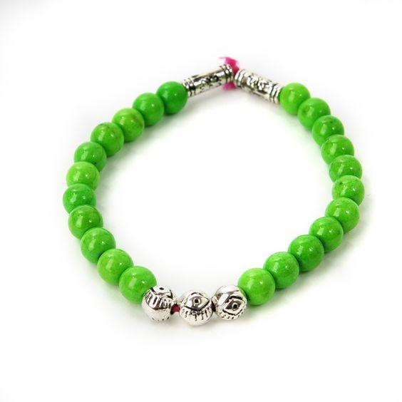 Bracelet de perles vertes réalisé par Rowena & Anne-Sophie, 6€ https://passiondailleursparis.com/collections/bracelets/products/bracelet-de-perles-2