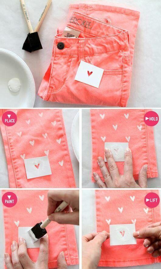 Calça customizada com corações