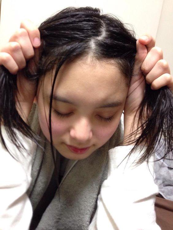 髪の毛を両手でつかんでいる渡邊璃生の画像