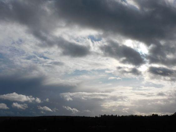 """Beeindruckend die Landschaft aus Wolken am Himmel, die Kontraste, die Bewegung der Wolken, das Lichtspiel am Himmel waren heute ganz besonders. Es war, als wollte mir die Landschaft etwas Besonderes mitteilen, wie """"Ich bin stark, ich bin hier, wenn du mich brauchst!"""""""