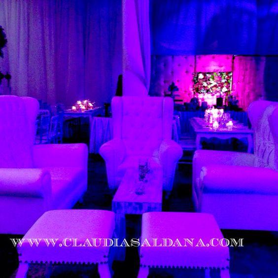 Sala con iluminación orquídea radiante